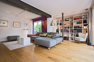 Wohnzimmer modern parkett - Hausbibliothek regalwand im wohnzimmer ...