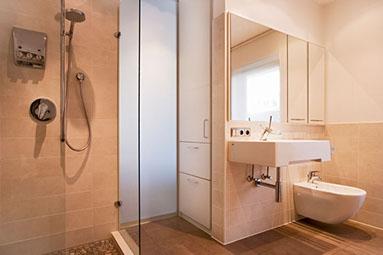 Kombination Badewanne Dusche Barrierefrei : Badezimmer, Waschbecken, barrierefreie Dusche und Schiebet?r zum
