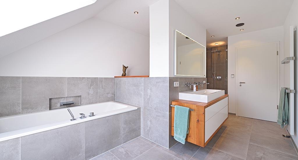 Badezimmer sanieren eichenhaus schreinerei architekturb ro - Holzablage bad ...