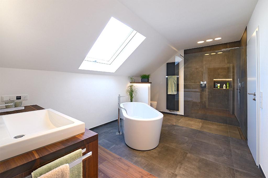 Badezimmer Sanieren Mit Freistehender Badewanne Und Massivholz Möbeln.