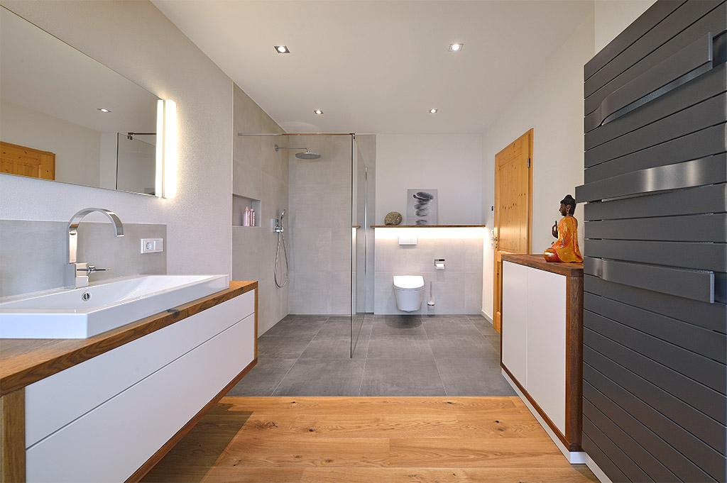 Badezimmer Modernisierung Mit Viel Massivholz, Grauen Fliesen Und Weiß  Lackiertem Holz.
