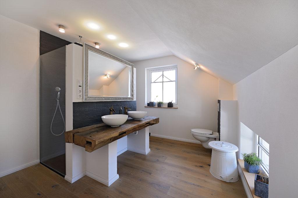 Badezimmer sanieren eichenhaus schreinerei architekturb ro - Badezimmer mit grauen fliesen ...