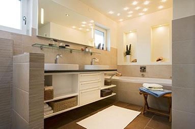 Badezimmer Sanieren Und Renovieren Mit Naturstein Fliesen Und Leuchten über  Dem Waschtisch Von Schreinerei Werner AG