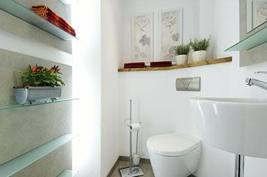 Dusche Sanieren Glas : Helles Massivhholz, Toilette, Waschbecken und Naturstein Fliesen