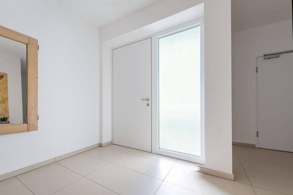 Haustüren modern mit seitenteil weiß  Haustür & Fenster - Fachmann für Sanierung und Neubau