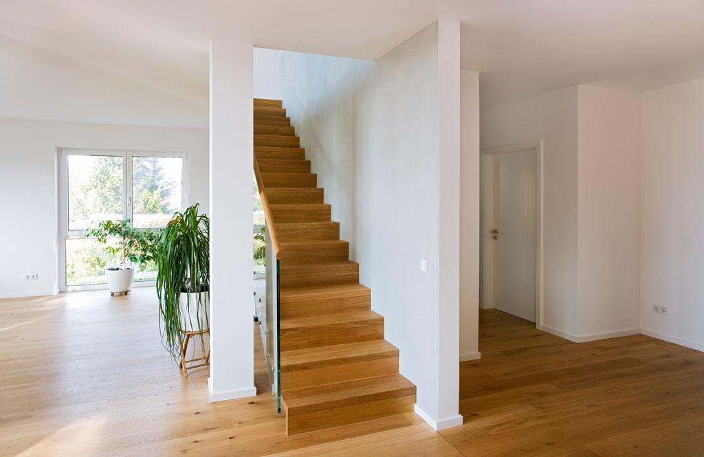 Geradläufige Treppe treppe aus holz metall 1 000 qm ausstellung in aschaffenburg