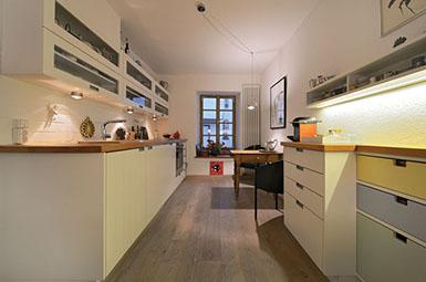 Wunderbar Maßgefertigte Küche Vom Schreiner Mit Viel Stauraum, Holz Arbeitsplatte,  Hängeschränken Glas U Weißen Bunten