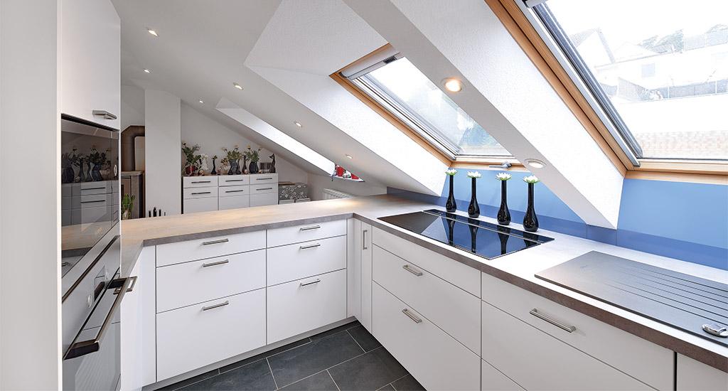 Küche Mit Großzügig Viel Stauraum Unter Dem Dach! Die Möbel Schmiegen Sich  Bis In Die