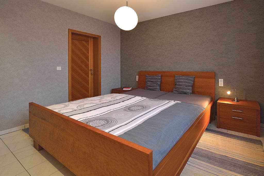 kleiderschrank und holzbett vom schreiner in aschaffenburg. Black Bedroom Furniture Sets. Home Design Ideas