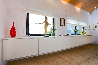 wei lackierter hngeschrank von schreinerei architekt aschaffenburg alzenau wohnzimmer - Hangeschranke Wohnzimmer Ahorn