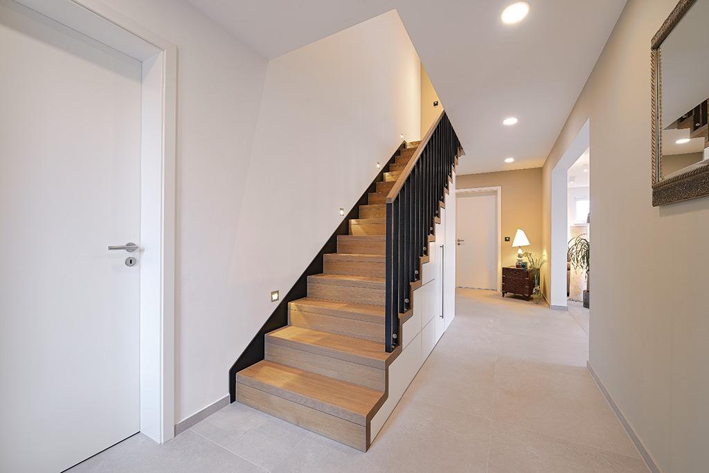 Unsere Maßgefertigte Treppen  Und Möbelkombination Sorgt Für Einen Guten  Schuss Natürlichkeit Im Eingang Des Neubaus